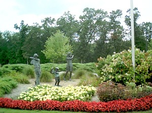 bronze-statues-of-kid-golfers